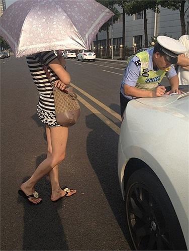 Cô gái nói cô nhầm tưởng hai vạch vàng giữa đường là chỗ đỗ xe