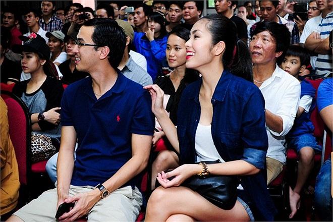 Nữ diễn viên trông rạng ngời và rất hạnh phúc khi đi cạnh chồng.