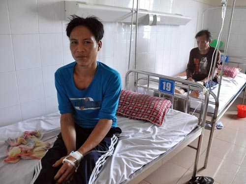 """Hai cha con """"người rừng"""" đang điều trị tại Bệnh viện Đa khoa Quảng Ngãi"""