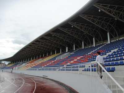 Sân vận động huyện Hoài Đức với 4.000 chỗ ngồi có mái che.