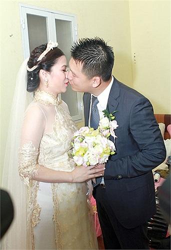 Chú rể đến phòng cô dâu, đặt nũ hôn khi trao hoa cưới.