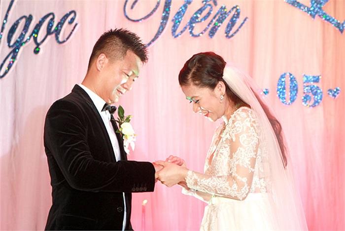 Cô dâu trao nhẫn cưới cho chú rể