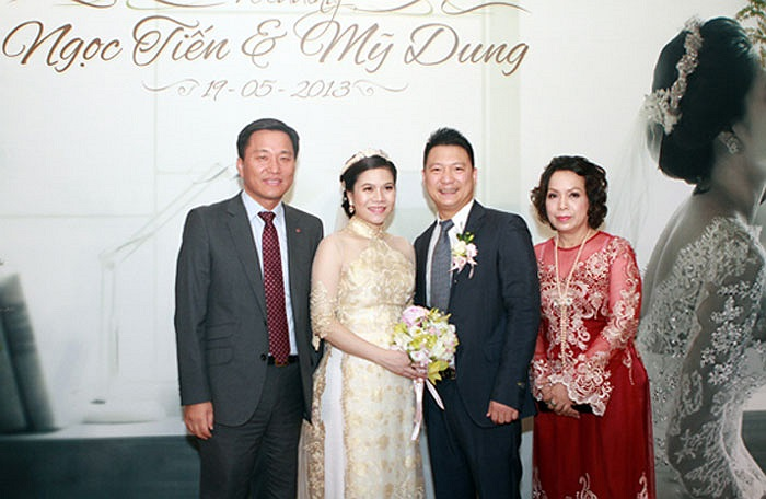Mỹ Dung và chú rể chụp ảnh cùng bố mẹ chồng.