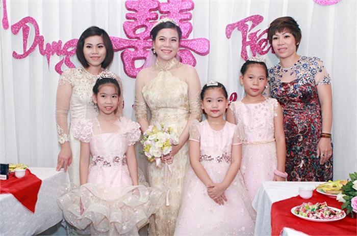 Cô dâu Mỹ Dung chụp hình với bạn bè phù dâu