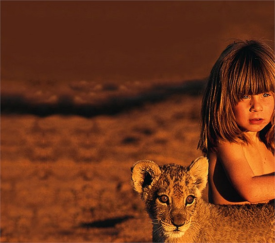 Với ánh mắt trìu mến và tâm hồn trong veo, cô bé đã thực sự đã chinh phục được muôn loài.