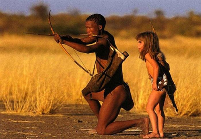 Họ cho cô đi theo trong những cuộc săn bắn và dạy cho cô cách bảo tồn sự sống bằng cách dùng những thứ thuốc của thiên nhiên như rễ cây và lá rừng.