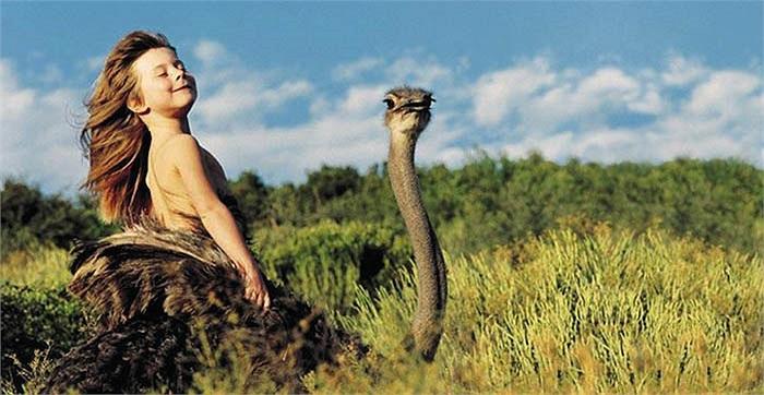 Cha mẹ của Tippi Degre đã quyết định sinh sống cùng thổ dân Himba và cùng họ trải nghiệm cuộc sống hoang dã nơi đây.