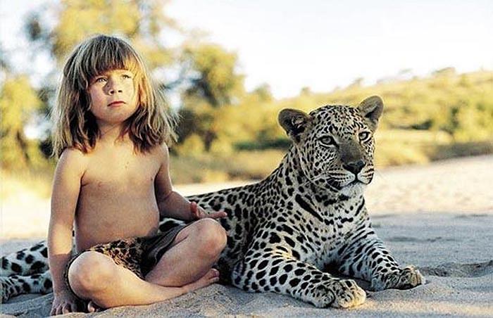 Cô bé đã phải sống ở một nơi mà muôn loài đều phải cạnh tranh, chiến đấu để bảo tồn sự sống một cách khốc liệt. Cô bé đã biết bơi trước cả khi biết bò.