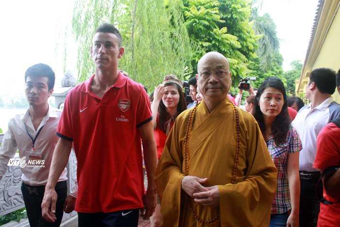 Arsenal thăm chùa Trấn Quốc