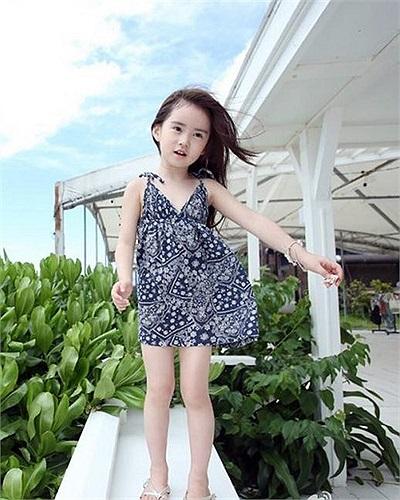 Khi mặc những bộ đồ thời trang, cô bé trông rất chững chạc
