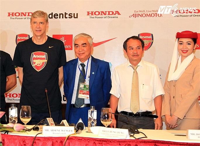 Người đã đứng cạnh Bầu Đức, cùng Phó chủ tịch VFF Lê Hùng Dũng, Giáo sư Wenger trong buổi họp báo trước trận.