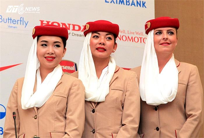 Với khuôn mặt tròn, phúc hậu cùng nụ cười rạng rỡ, Tường Vi là đại diện Việt Nam duy nhất trong dàn tiếp viên của Fly Emirates theo chân các Pháo thủ trong Asian Tour 2013.