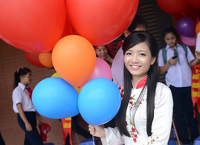 Với tà áo dài, khuôn mặt dễ thương, cô giáo 9x Phan Hồng Anh là gương mặt nổi bật, thu hút mọi ánh nhìn trong buổi lễ khai giảng tại trường THPT chuyên Hà Nội – Amsterdam diễn ra vào sáng nay (5/9).