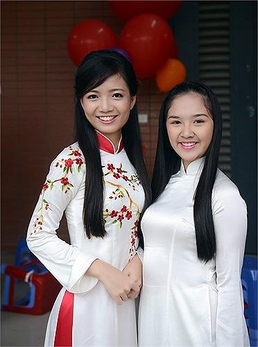 Cô giáo Hồng Anh và nữ sinh chuyên Văn - Đỗ Hà Anh. Cô bạn là cái tên không còn xa lạ đối với học sinh của trường khi dành được danh hiệu quán quân cuộc thi Duyên dáng Hà Thành 2013.