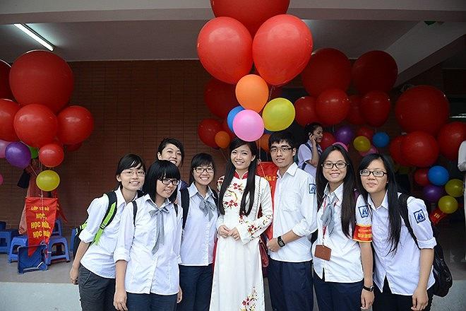 Hồng Anh nhận được sự quan tâm của rất nhiều học trò trong trường.