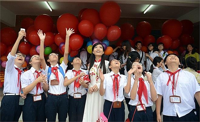 Các học sinh cấp 2 cũng tranh thủ chụp ảnh và cùng thả bóng với cô giáo xinh đẹp.