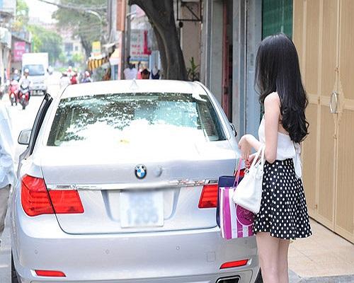 Ngọc Trinh được biết đến là một 'cô nàng chịu chơi' khi đổi hết xe sang này đến xe sang khác.