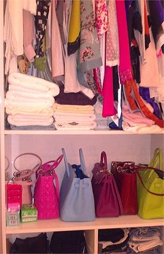 Tủ quần áo, giày dép, túi xách... của Ngọc Trinh đều là những sản phẩm của các nhãn hiệu thời trang nổi tiếng như Gucci, Hermes, LV...