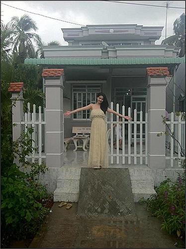 Cô còn thể hiện mình là người con hiếu đạo khi xây dựng cho mẹ kế một căn nhà bề thế.