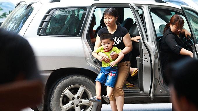 6h30 sáng, phụ huynh của các bé bắt đầu đưa con đến trường thi tại trường tiểu học dân lập Lê Quý Đôn (Hà Nội).