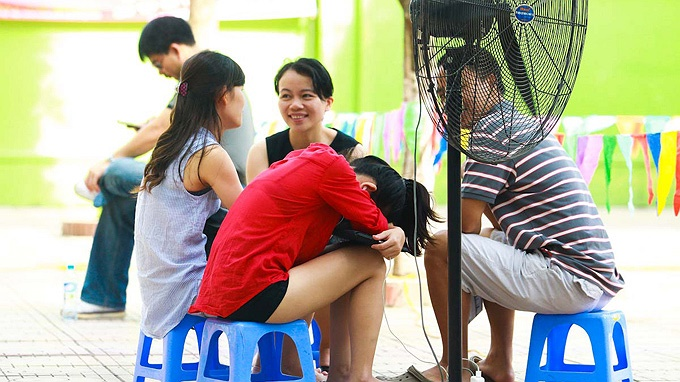 Một bà mẹ ngủ gật ngay giữa sân trường.