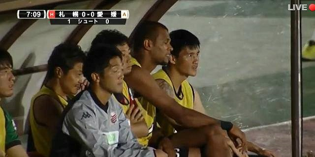 Công Vinh được đăng kí vào đội hình thi đấu của Consadole Sapporo chiều qua. Trước đối thủ kém xa về trình độ nhưng HLV Keiichi Zaizen vẫn muốn an toàn nên tung ra đội hình gần như mạnh nhất, cất Công Vinh trên băng ghế dự bị