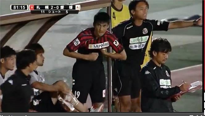 Tới phút 82, khi đội nhà đã dẫn 2-0, ông mới khoát tay ra hiệu cho tiền đạo xứ Nghệ chuẩn bị vào sân. Quá háo hức với cơ hội chứng tỏ mình, Công Vinh đã... mặc ngược áo