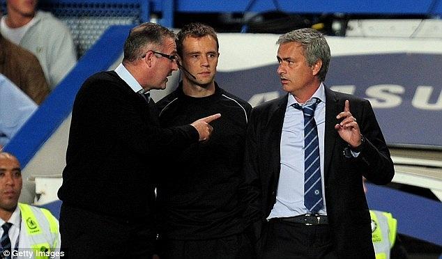 Chính điều đó làm HLV Paul Lambert không hài lòng. Ông to tiếng với trọng tài chính và với Mourinho