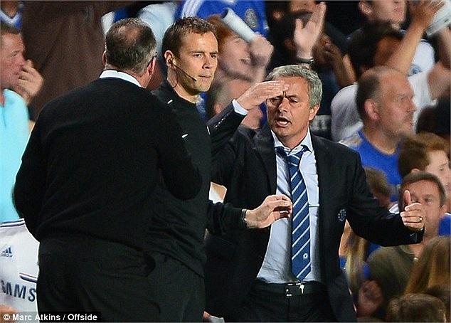 Ngay lập tức, cuộc khẩu chiến diễn ra bên đường pitch. Mourinho dĩ nhiên đứng về phía cậu học trò và cho Lambert biết thế nào là 'lễ độ'