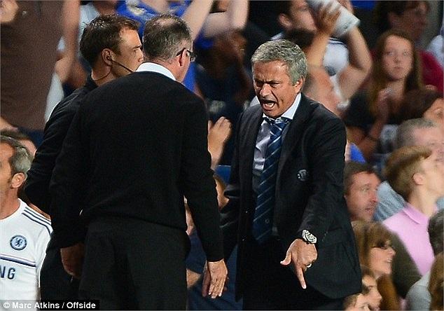 Không rõ lý lẽ của Mourinho thế nào nhưng ông tỏ ra khá gay gắt. Lambert cũng chẳng vừa. Song cuối cùng, mọi thứ trở lại yên bình. Trận đấu kết thúc với thắng lợi 2-1 dành cho Chelsea