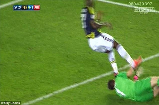 Wenger còn bị một phen nóng mặt nữa khi thủ thành Szczesny nhận thẳng cú đạp vào mặt của tiền đạo Fenebahce