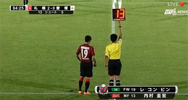Giây phút lịch sử của Công Vinh. Anh trở thành cầu thủ Việt Nam đầu tiên ra sân ở đấu trường J-League.