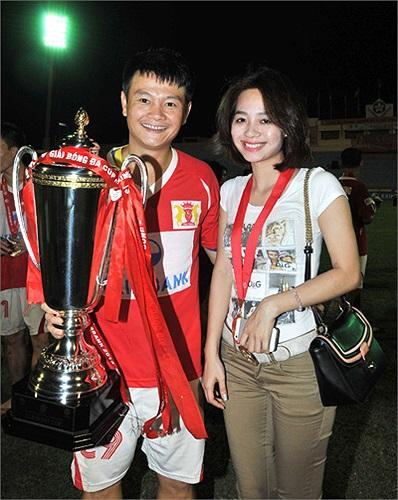 Văn Quyến khoe niềm vui chiến thắng trong trận chung kết cúp Quốc gia là hình ảnh nóng nhất giới bóng đá Việt tuần qua. Từ bí mật đến công khai, điểm tựa vững chắc của Văn Quyến đã có thể tự tin xuất hiện trước công chúng.