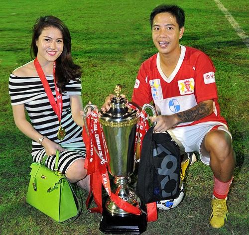 Danh Ngọc hào hứng chia vui cùng bạn gái ở sân Đà Nẵng