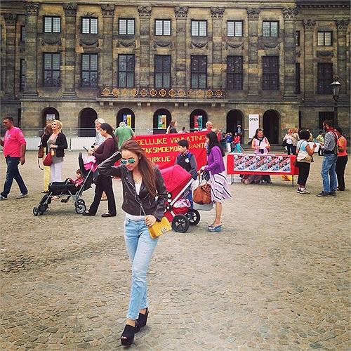 DJ Meeno đang cùng hậu vệ Van Bekel du hý ở Hà Lan.