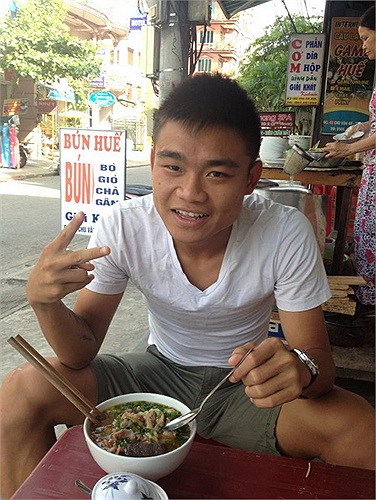 Cũng kết hợp thi đấu và du lịch, tiền đạo trẻ Hữu Khôi (Nam Định, thi đấu ở giải hạng nhì) tranh thủ thời gian thưởng thức các món ăn ngon ở Huế.