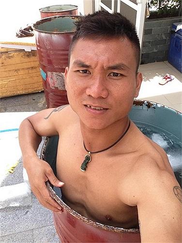 Trương Huỳnh Phú (B.Bình Dương) không đi biển nhưng có cách nghỉ dưỡng hài hước. Anh ngâm mình vào thùng phi đầy đá lạnh để giải nhiệt cái nóng mùa hè.