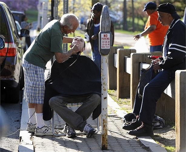 Mỗi thứ 4 hằng tuần, cụ ông Anthony Cymerys, người Mỹ dành thời gian cắt tóc cho những người vô gia cư.