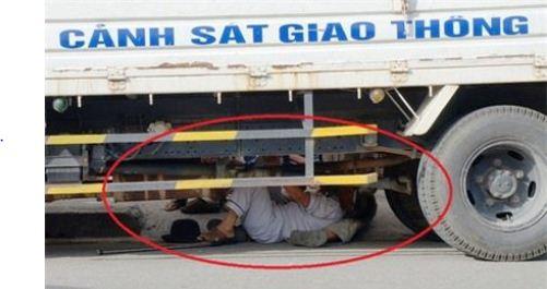 Do quá bức xúc việc xe đẩy đồ của con gái bị thu giữ không được lập biên bản, nên cụ Ninh chui vào gầm xe cảnh sát giao thông để phản đối.