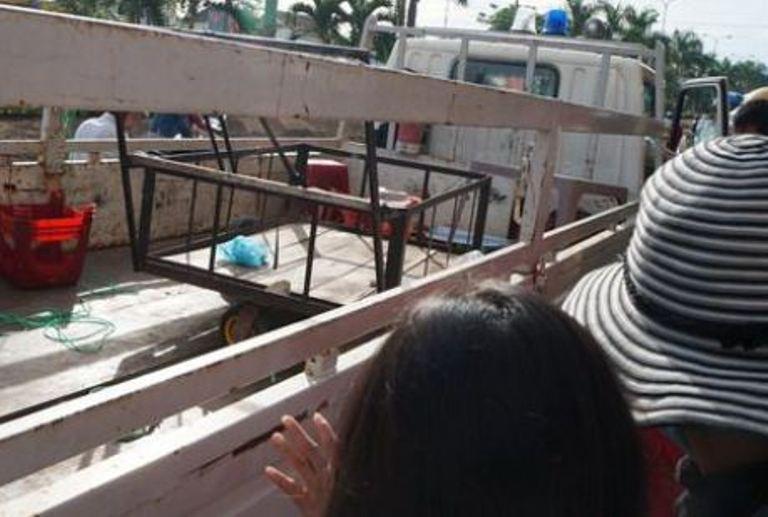 Chiếc xe chở cháo, bàn, ghế của con gái cụ Ninh bị Tổ liên ngành thu giữ bỏ lên xe.