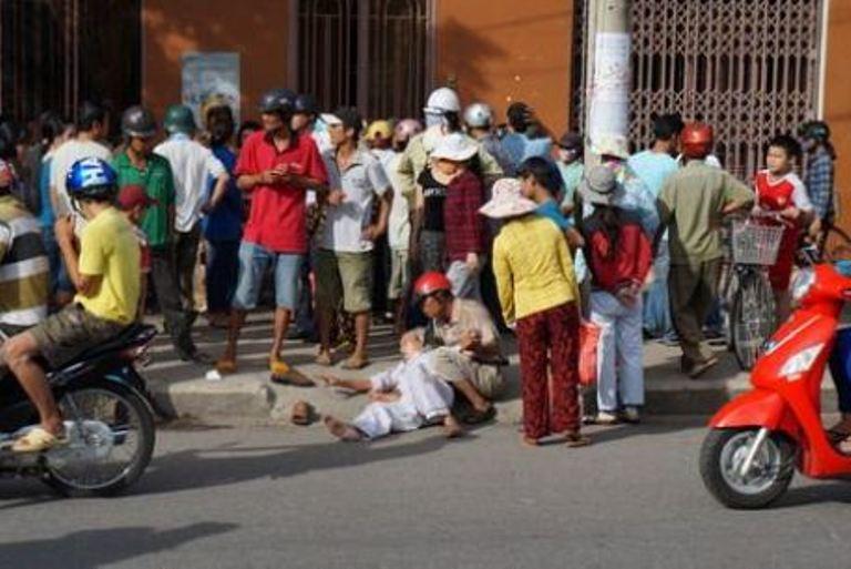 Sau khi đưa được cụ Ninh ra ngoài, xe cảnh sát giao thông chạy khỏi khu vực, nhưng cụ Ninh vẫn nằm ở ngoài đường để phản đối.