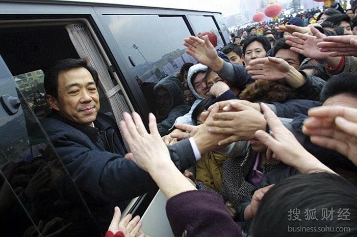Ông Bạc Hy Lai chia tay người dân Đại Liên trước khi nhậm chức chủ tịch tỉnh Liêu Ninh ngày 17/1/2001