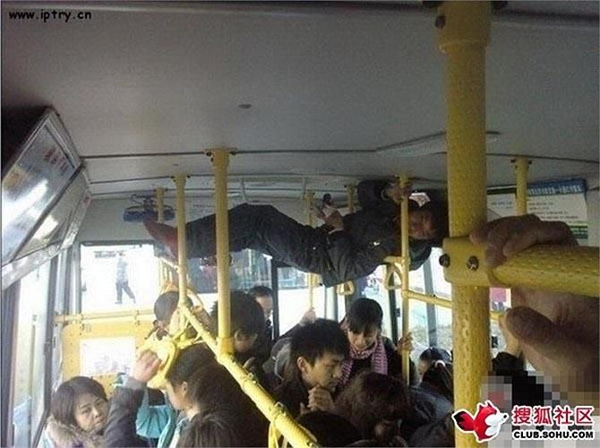 Thanh niên leo lên trần xe buýt vì quá đông