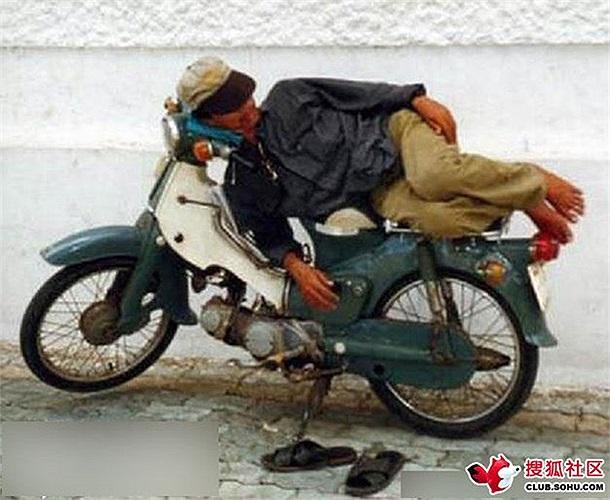 Người đàn ông ngủ nghiêng trên xe máy