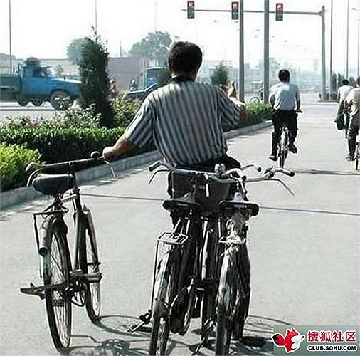 Người đàn ông gầy gò với 4 chiếc xe đạp