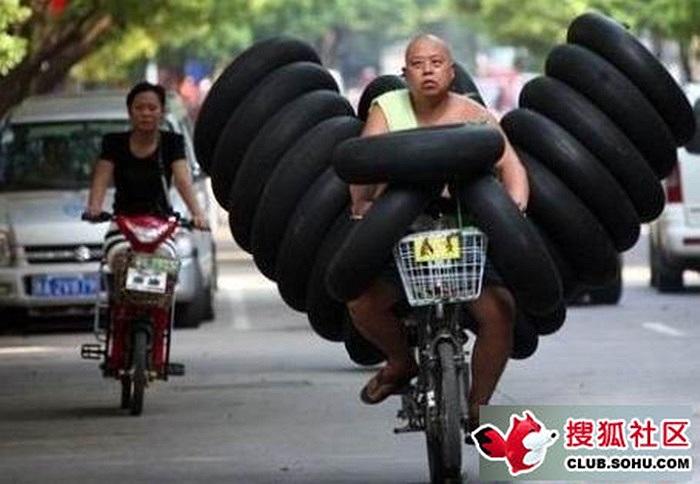 Lái xe chở hàng chục lốp xe