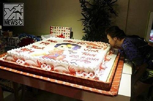 Trong sinh nhật của mình, Thanh Hằng khá bất ngờ khi được bạn bè và fan hâm mộ tặng chiếc bánh gato khổng lồ.