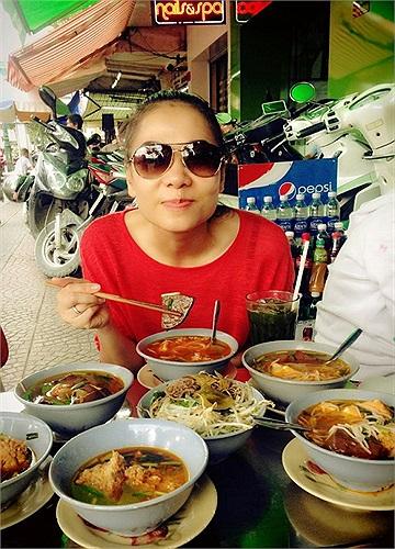 Thu Minh về Sài Gòn, ngay lập tức đi ăn hàng quán ven đường.