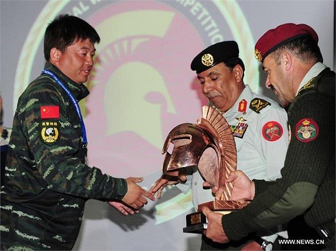 Đặc nhiệm Trung Quốc nhận cúp từ ban tổ chức
