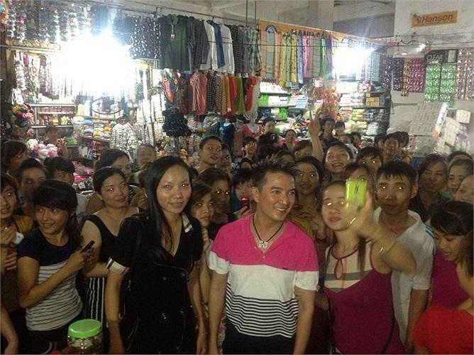 Đàm Vĩnh Hưng gây kẹt cứng khi vào chợ mua đồ.
